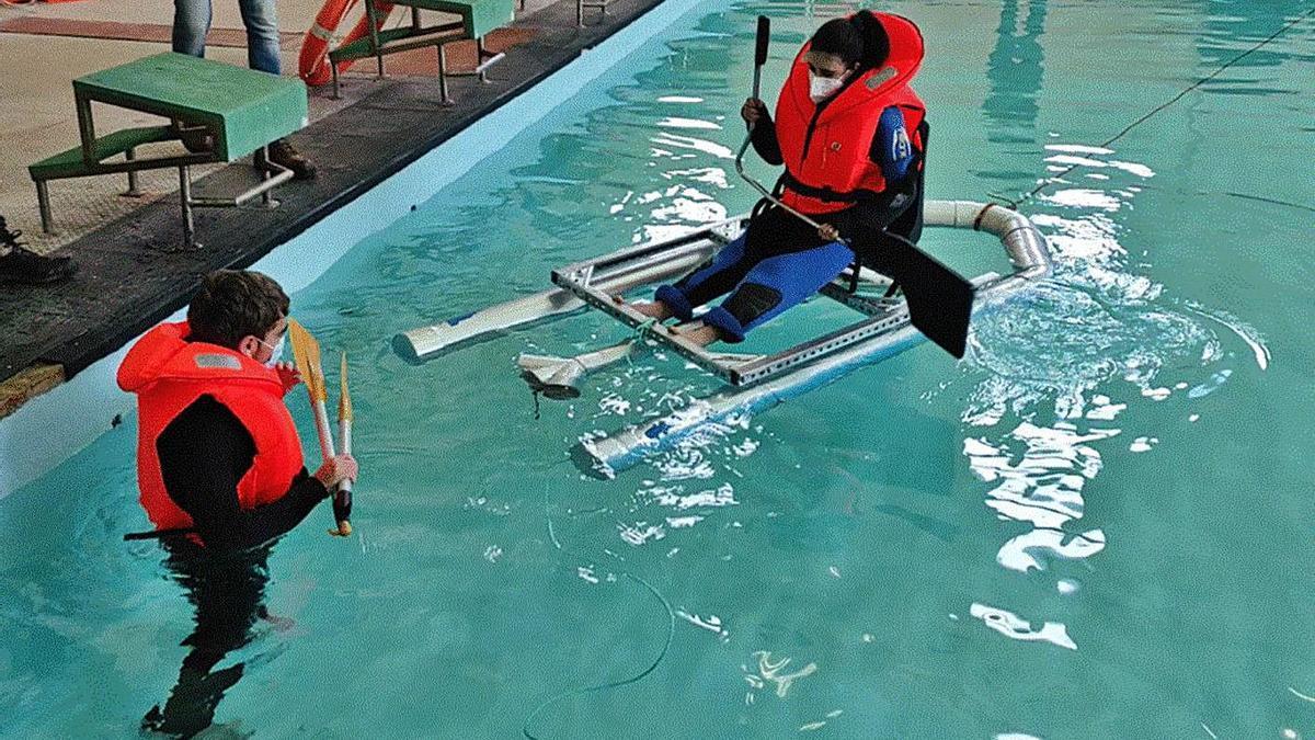 Alumnos de la Laboral practican con el dispositivo 'Zampaplastic'.   | // L.O.