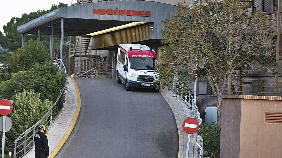 Una ambulancia a la entrada de Urgencias del Hospital Lluís Alcanyís, en una imagen de ayer  | PERALES IBORRA