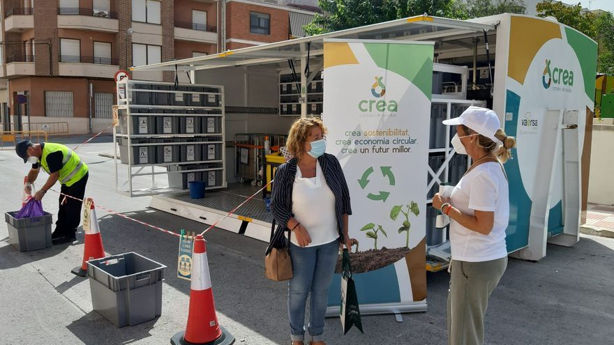 Castalla realiza una jornada de concienciación sobre el reciclaje de residuos en el ecoparque móvil