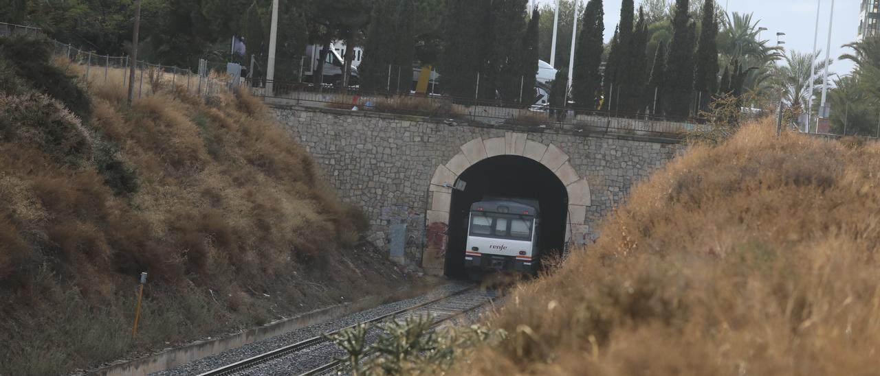 El tren de cercanías, a su paso por Elche, en una imagen de archivo