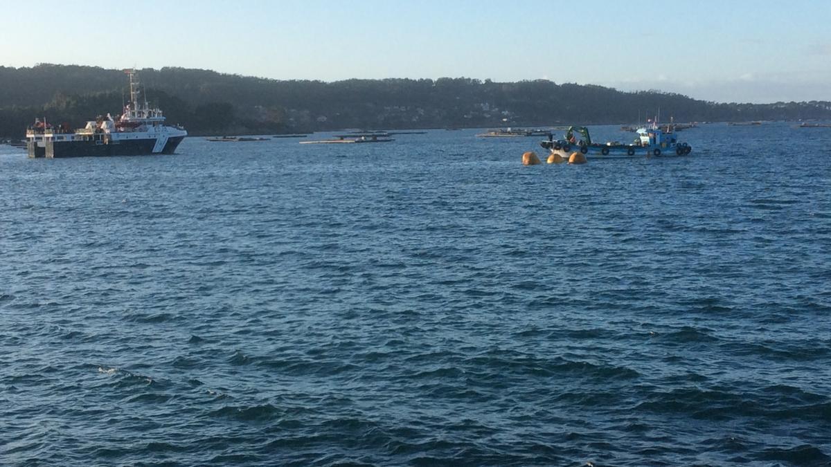 El operativo para reflotar ayer el barco, en la Ría de Aldán.