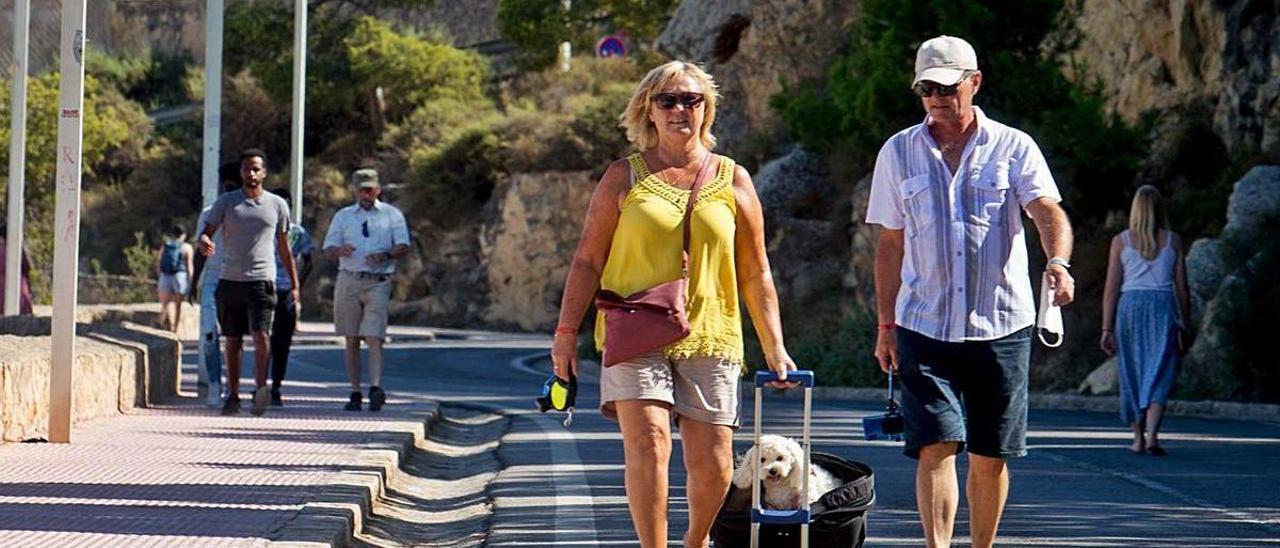 Visitantes al Castillo de Santa Bárbara suben y bajan a pie de la fortaleza, este jueves. | JOSE NAVARRO