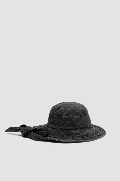 Sombrero de tejido vaquero de Zara. (Precio: 17,95