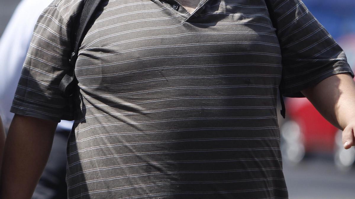 Persona con unos cuantos kilos de más.