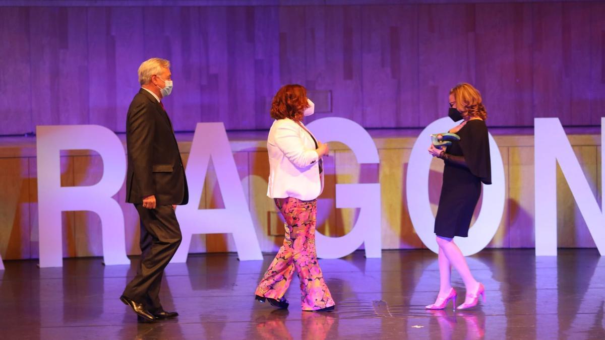 Natalia Becerril, enfermera de la UCI del Hospital Miguel Servet, Luis Callén, gerente del Hospital Miguer Servet y Mayte Pérez, presidenta en funciones del Gobierno de Aragón