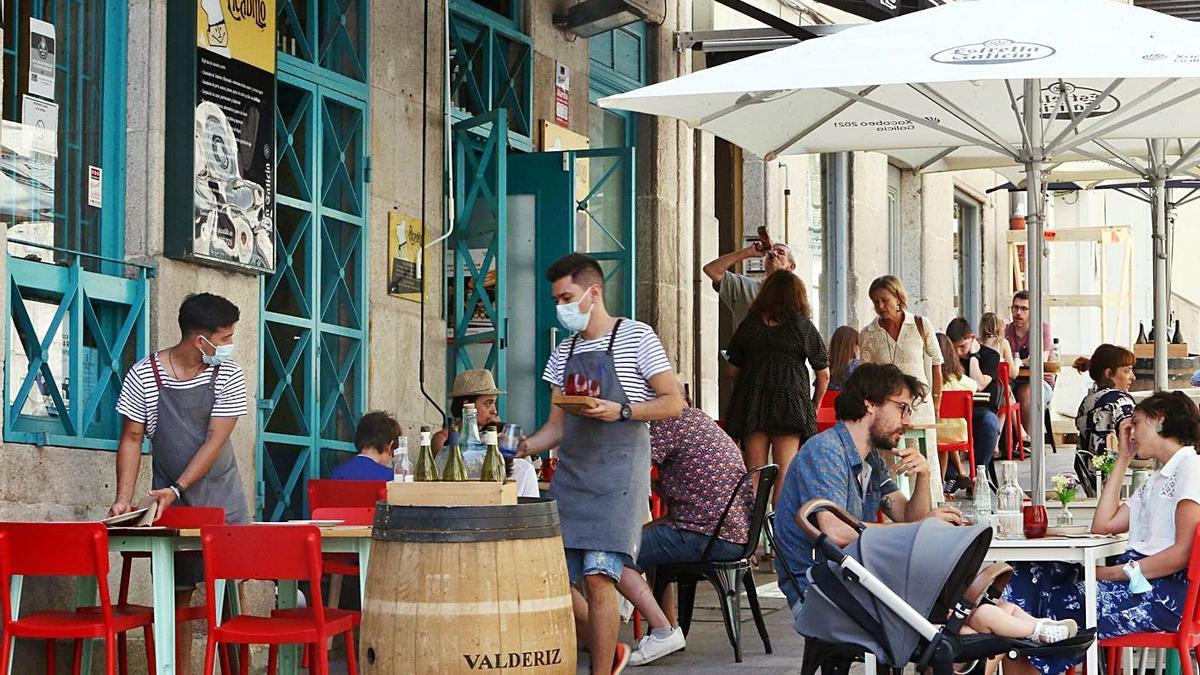 Exterior de una terraza en un local de hostelería de Vigo.