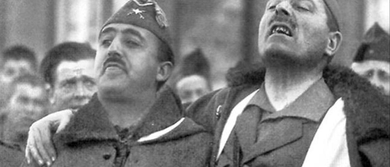 Franco y Millán-Astray entonan cánticos legionarios en 1926.