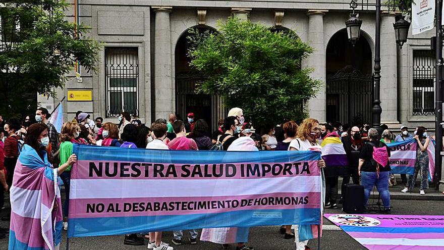 PSOE i Podem desbloquegen la llei trans just abans del Dia de l'Orgull