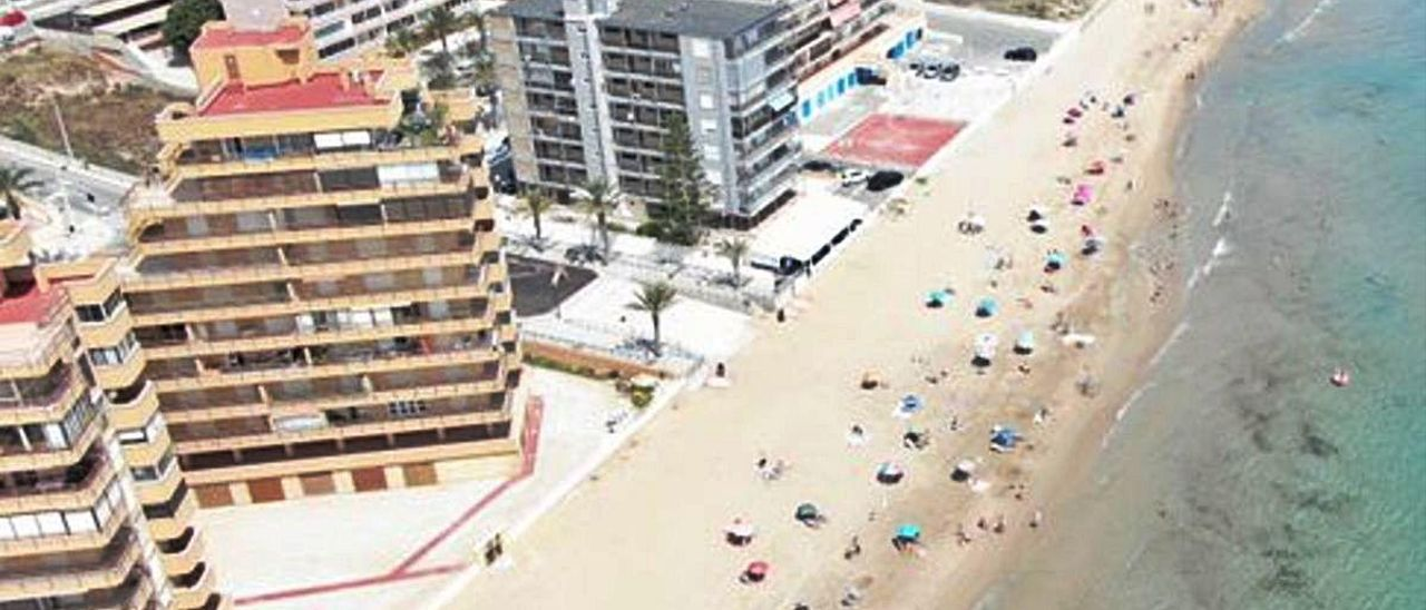 Vista aérea de parte de la playa de Arenales del Sol, donde suele haber hamacas.