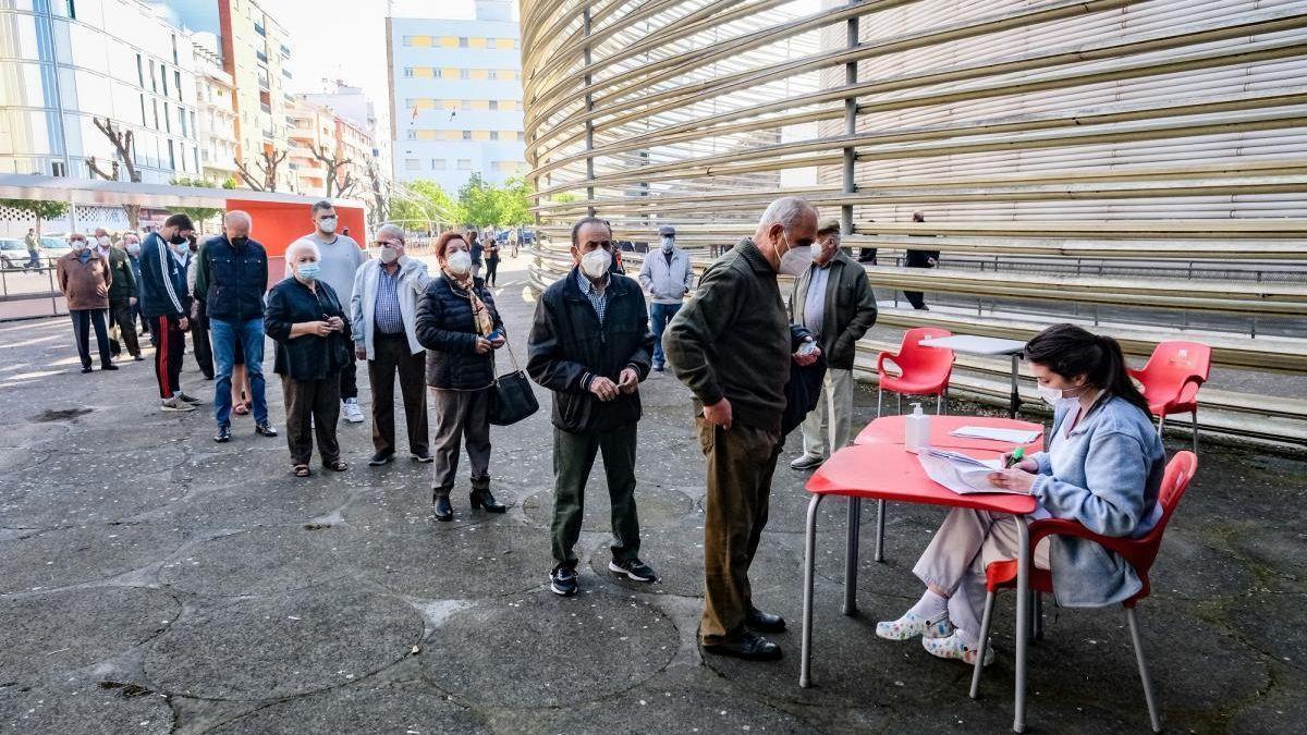 Colas para la vacunación masiva en el palacio de congresos Manuel Rojas de Badajoz, a comienzos de abril.