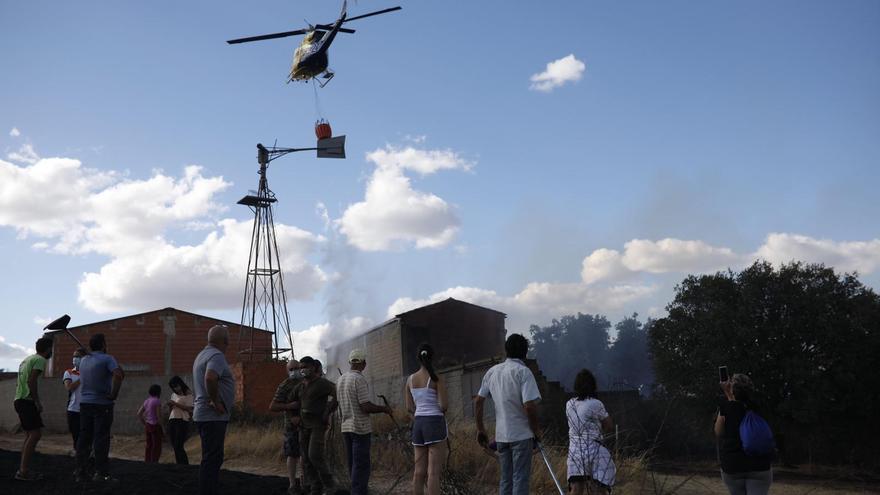 Varios autobuses, preparados en Carbajales para un posible desalojo de los vecinos por el incendio en Lober