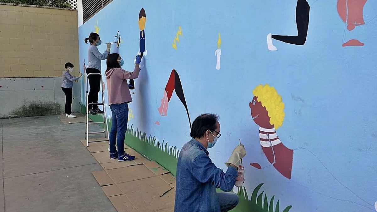 Padres pintan el patio del colegio Hernán Ruiz