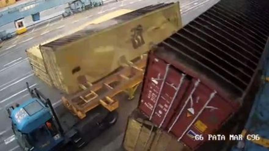 VÍDEO | Una operación de descarga de contenedores estuvo a punto de convertirse en una tragedia