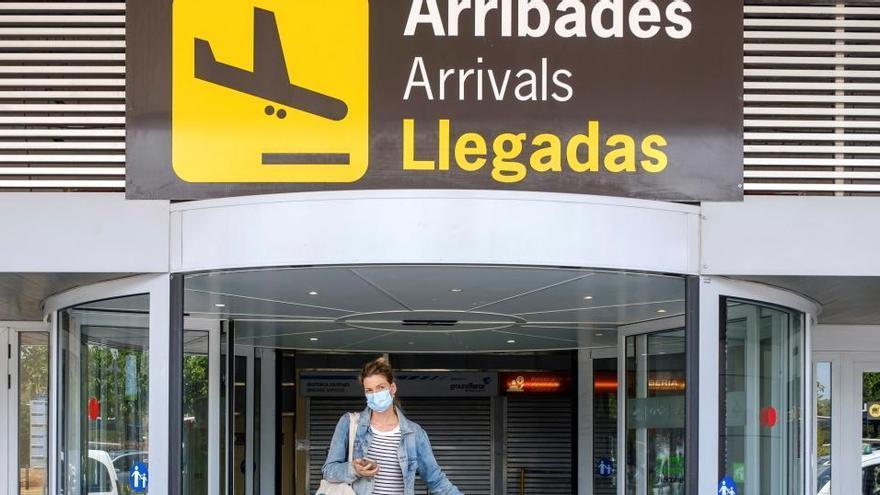 Un joven da positivo en coronavirus en Barcelona y se va de despedida de soltero a Ibiza