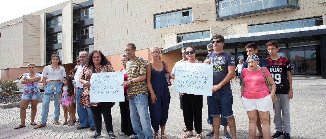 Enfermos y familiares se manifiestan en el Hospital para exigir un oncólogo