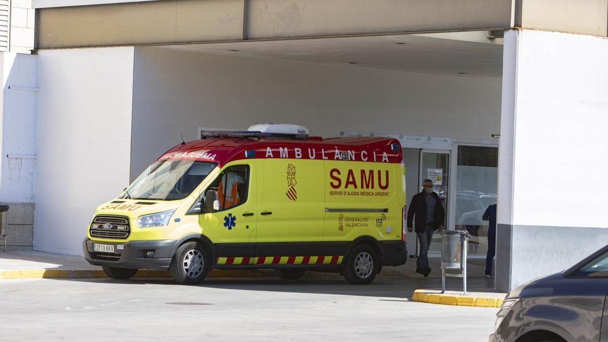 Una ambulancia en la entrada de Urgencias del Hospital de la Ribera.