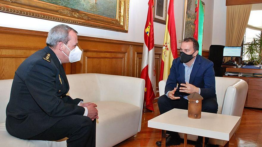 Francisco Requejo recibe al nuevo comisario de la Policía Nacional de Zamora