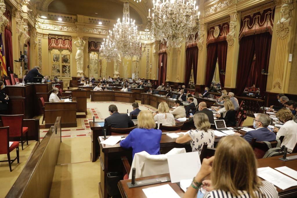 El Parlament acuerda instar a la Guardia Civil a colocar cartelería en catalán en sus cuarteles