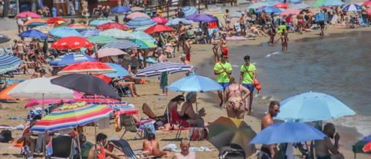Imagen de archivo de una playa de Torrevieja llena de gente.
