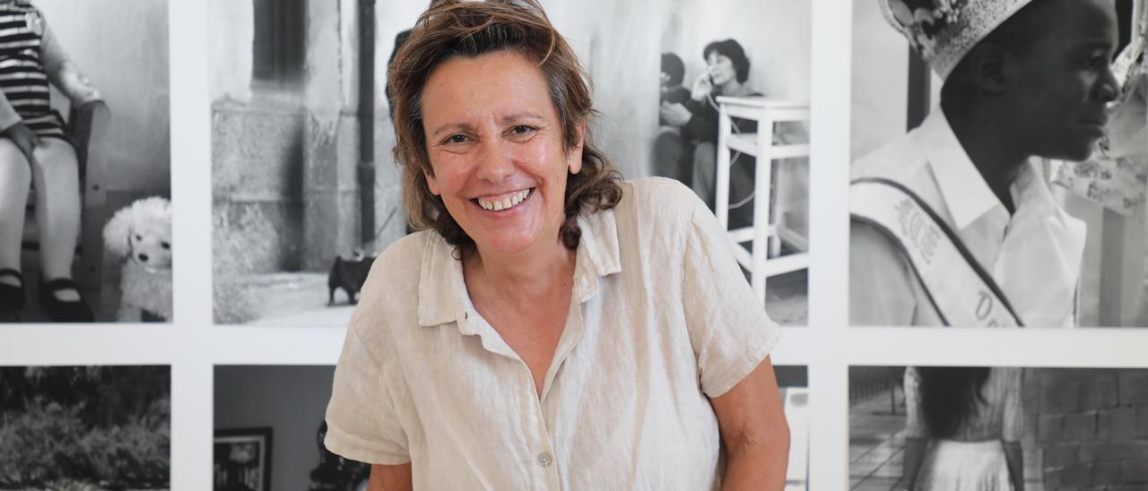 Pilar Aldea ante varias de las imágenes fotográficas que presenta.