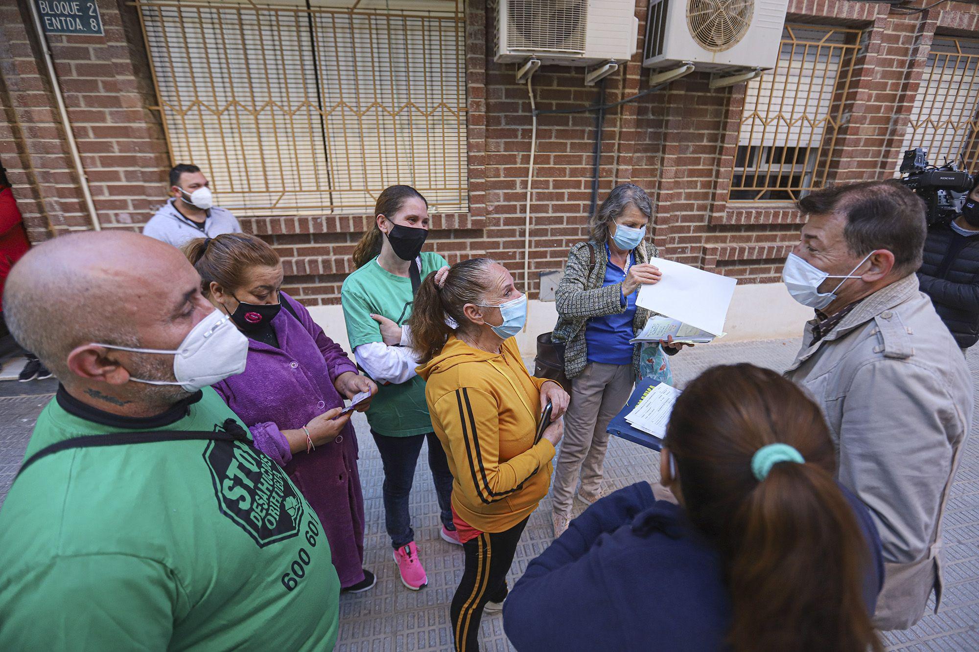 Paralizan el desahucio de tres familias residentes en el mismo edificio de Orihuela