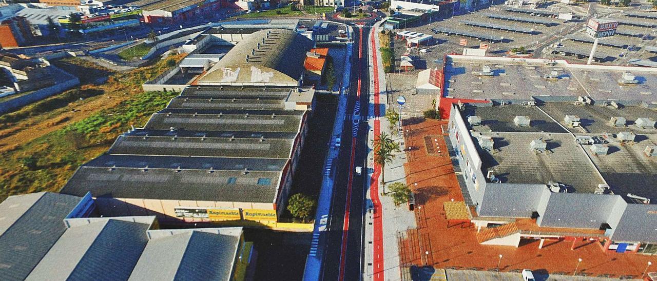 Primeras empresas del polígono de la carretera de Alabalt, con Alzira al fondo. | LEVANTE-EMV