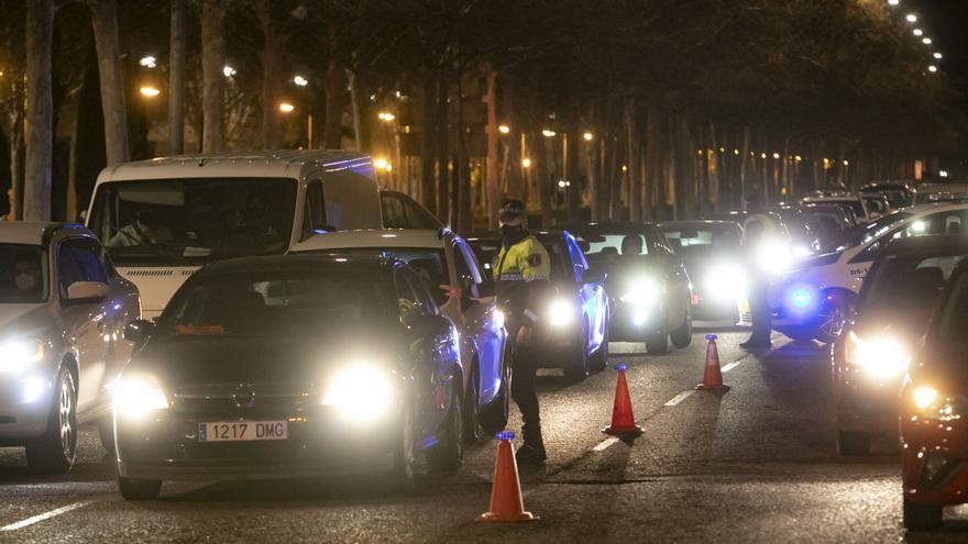 Decenas de coches intentan eludir el cierre para entrar aValència
