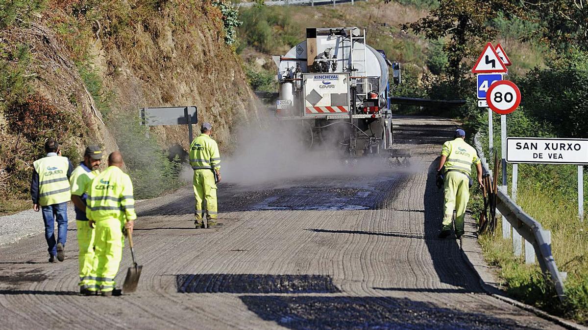 Las obras de mejora del vial Baloira-Cesures se iniciaron ayer por San Xurxo de Vea. |   // BERNABÉ/JAVIER LALÍN