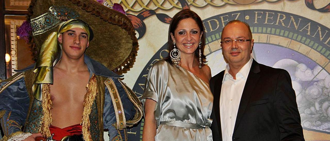 Fernando Méndez con Sonsoles Artigas durante un acto de presentación de una candidata a Reina    LUIS DEL ROSARIO