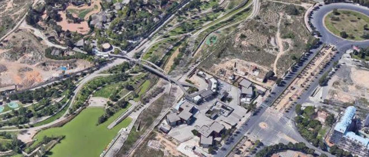 El Bioparc, con las parcelas anexas (a la derecha) donde se construirá el parque de multiaventuras