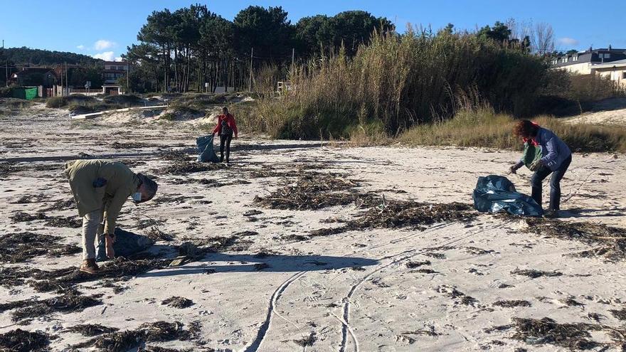 Los vecinos de San Vicente se movilizan para salvar las playas