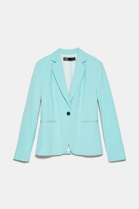 Americana en azul de Zara. (Precio: 29,95 euros)