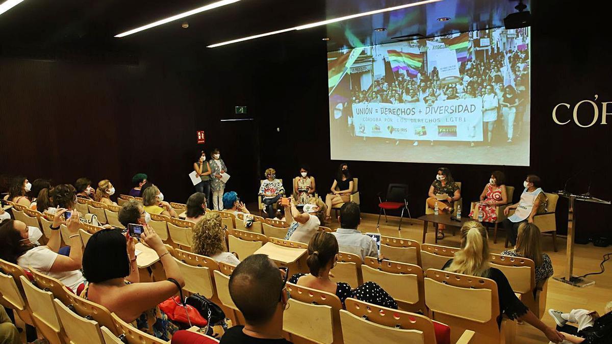 Público asistente a la tertulia, presentada por la sexóloga Carmen Jurado.