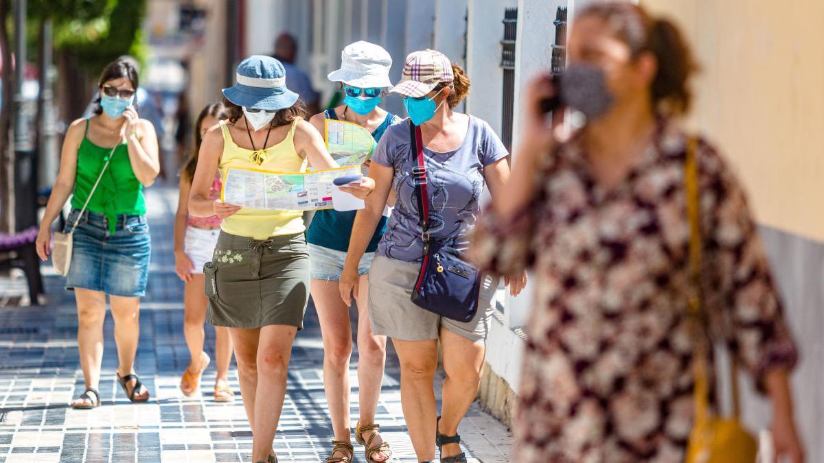 Turistas con mascarilla en la Vila Joiosa. DAVID REVENGA