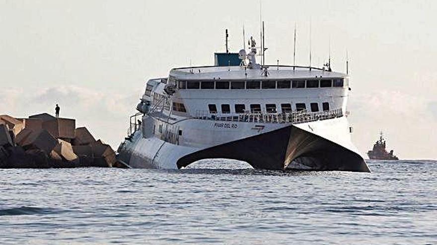 Ilesos los 393 pasajeros de un ferri que encalló en la escollera del puerto de Denia