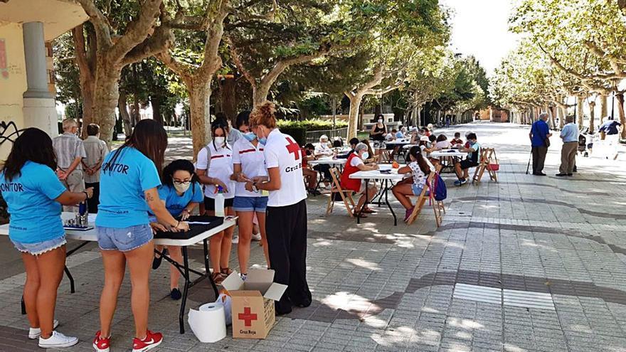 Jóvenes y mayores participan en un taller de manualidades en Benavente