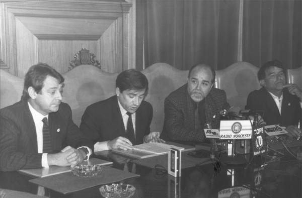 """Carlos Mantilla, Xosé Cuíña, Manuel Soto y Antonio Nieto Figueroa """"Leri"""", durante la firma de un convenio con la Diputacion de Pontevedra. // Magar"""