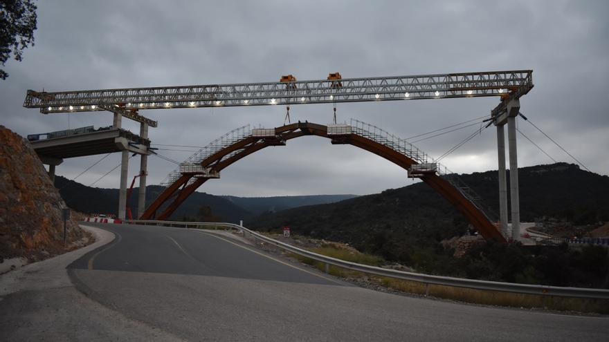 El arco del viaducto de la N-232 en Morella ya está unido