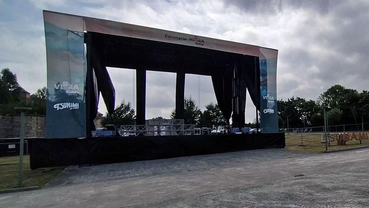 El escenario principal del Tsunami, ubicado en un aparcamiento de la Laboral, ayer, después de la cancelación.