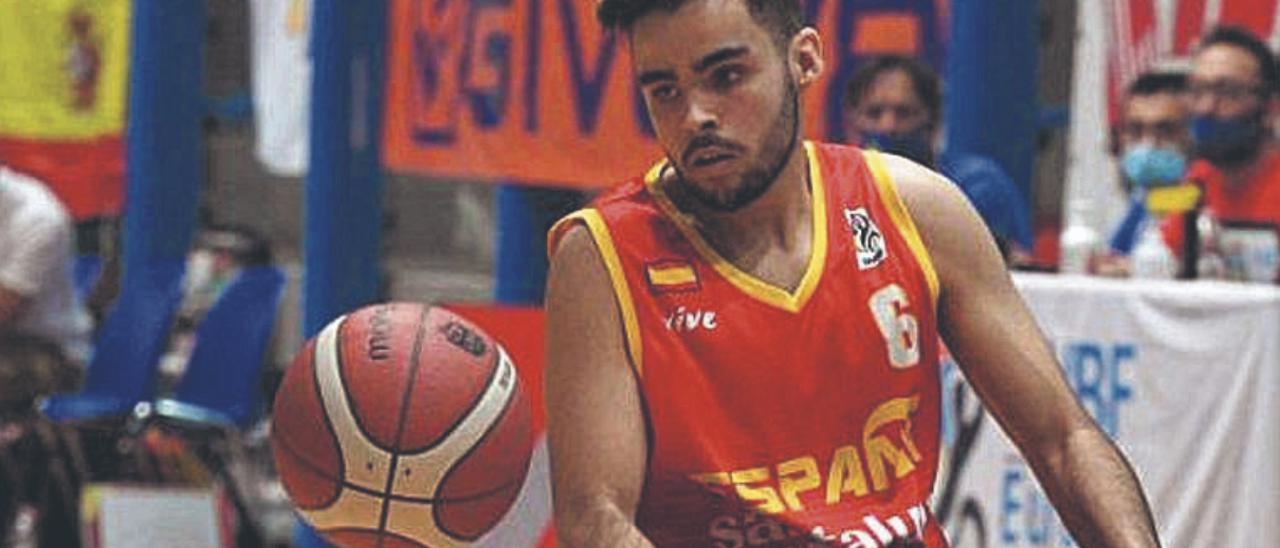El grancanario Raúl Vega, con la camiseta de la selección, en el Europeo sub 22. | | LP