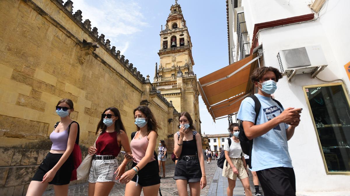 Varias jóvenes pasean por el entorno de la Mezquita-Catedral.