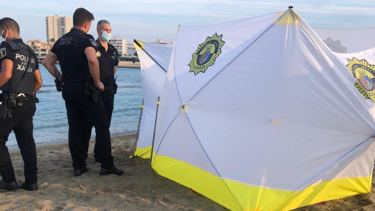 La Policía Local colocó un biombo mientras los socorristas y sanitarios trataban de reanimar a la víctima