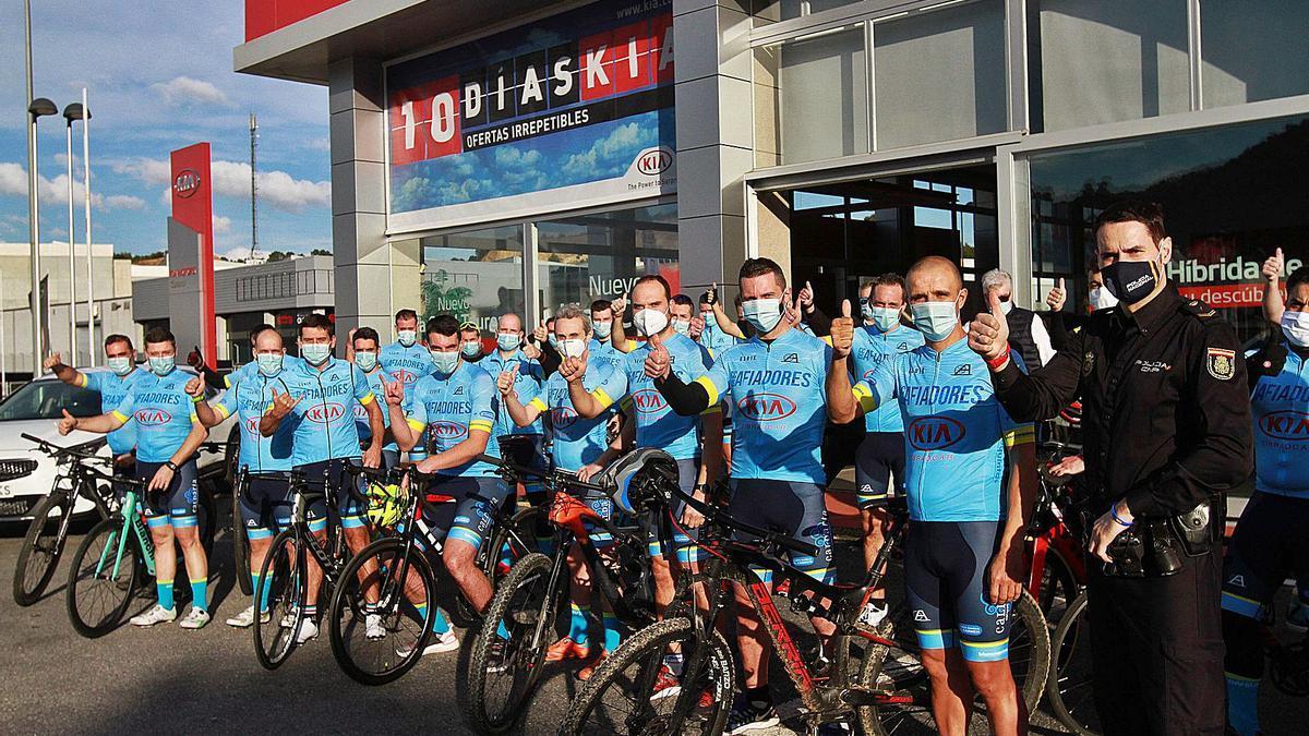 Integrantes del club ciclista Os Afiadores, ayer, en el concesionario de Kia Cibraocar, uno de sus patrocinadores.   | // IÑAKI OSORIO