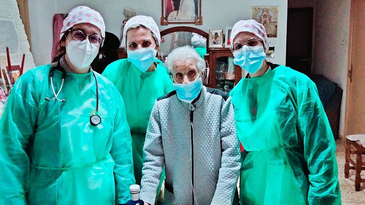 Nieves Asensi con las profesionales sanitarias del centro de salud de Aspe tras administrarle la vacuna del covid.