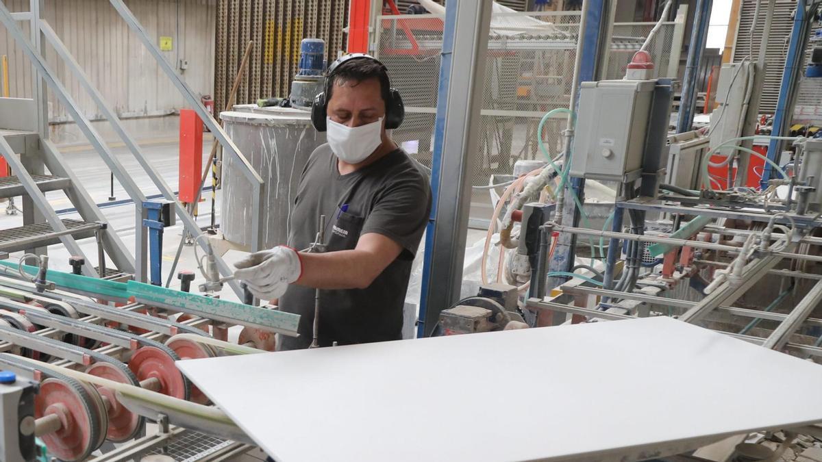 El sueldo base subirá un mínimo de casi 400 euros para los trabajadores del azulejo en Castellón