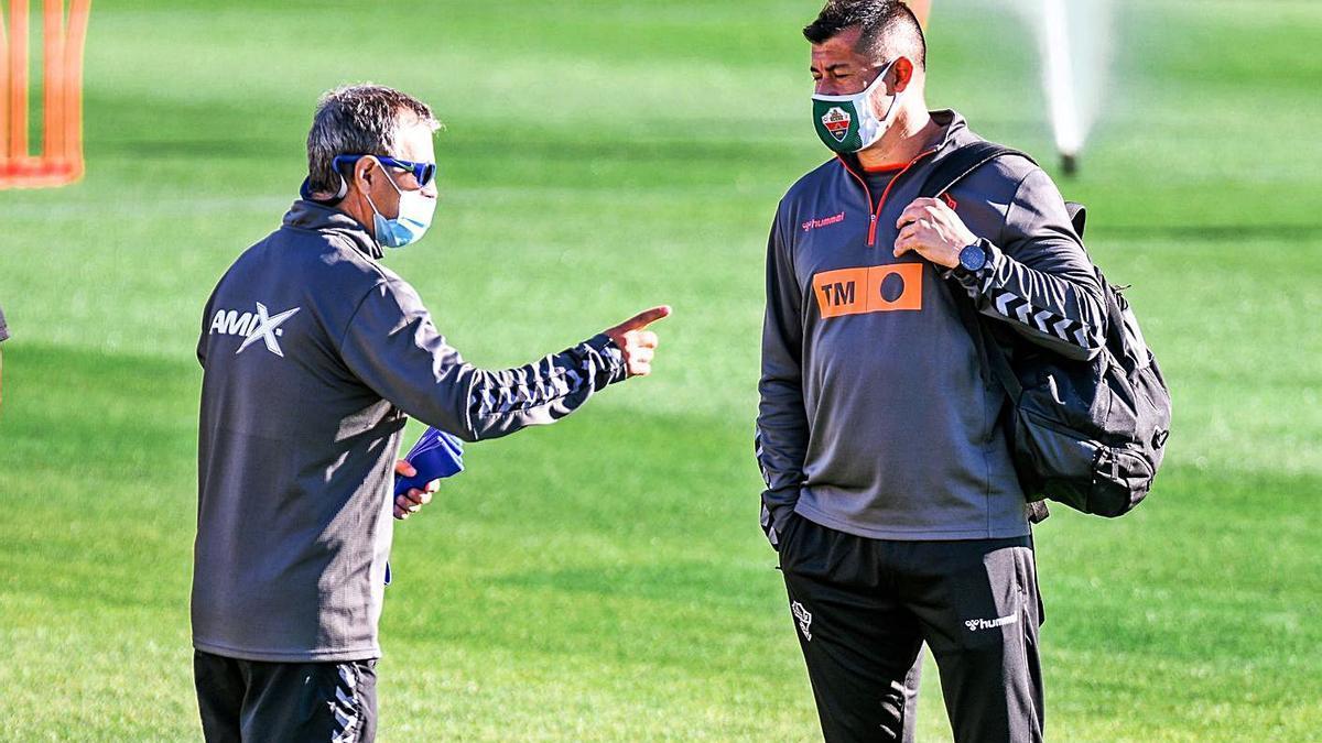 Jorge Almirón (dcha.) junto al preparador físico, Diego Osses «El Profe», en un entrenamiento.