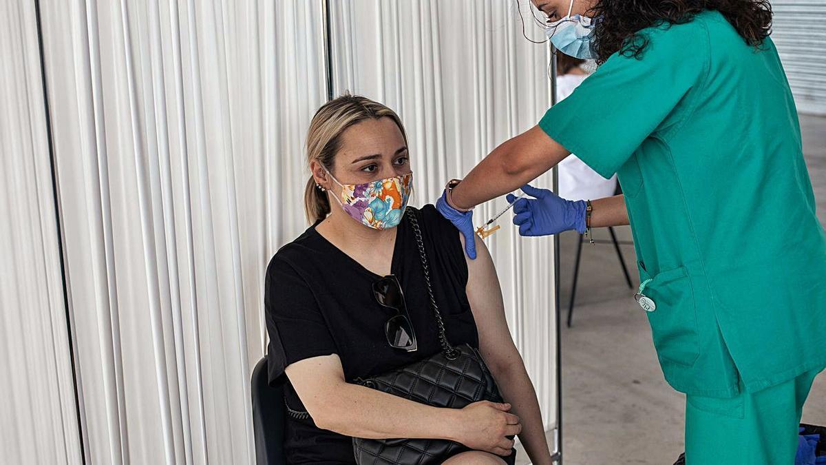 Una mujer recibe la vacuna en Zamora.  
