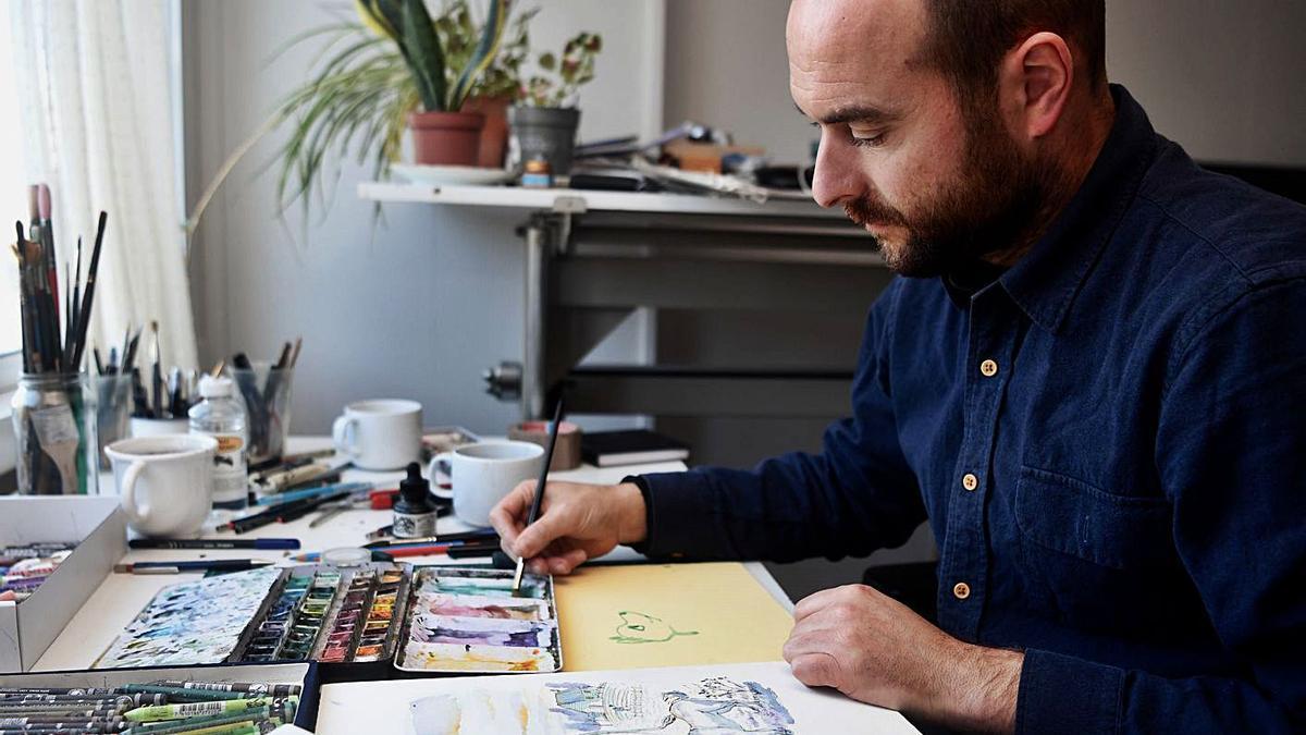 El ilustrador Alberto Vázquez, ayer, en su mesa de trabajo.   | // CARLOS PARDELLAS