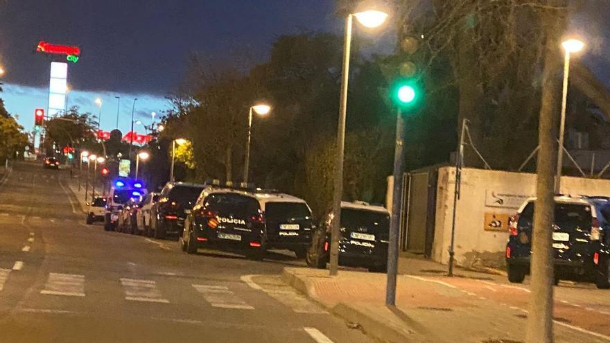 Despliegue de coches de la Policía en la avenida donde está la casa de citas.