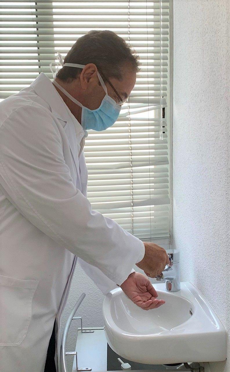 El doctor Chipont alerta del peligro de contagio del Covid-19 por vía ocular.